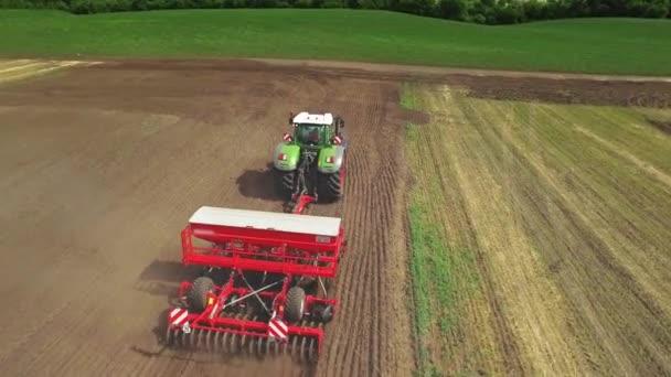 Secí stroj pracuje na zemědělské oblasti. Zemědělský průmysl
