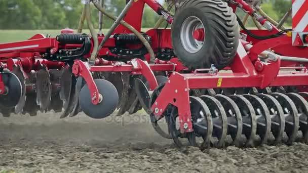 Secí stroj pracuje na zemědělské oblasti. Zemědělské traktory s přívěsem secí stroj