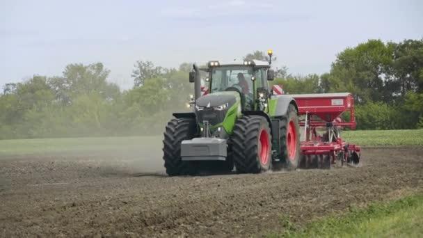 Traktor a pole. Traktor s přívěs secí stroj setí zemědělských polí