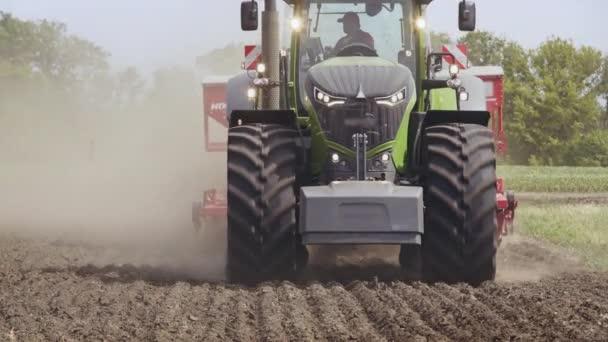 Traktor pole. Zemědělský traktor, jízdy na orné pole. Zemědělský pozemek