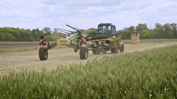 Sklizeň stroje. Zemědělské stroje pro sklizeň, pohybující se na zemědělské oblasti