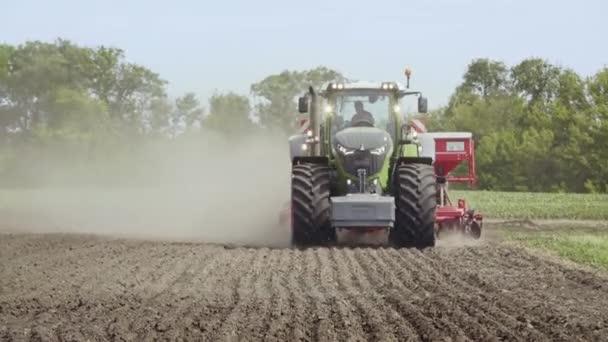 Traktor na zemědělské oblasti. Zemědělské stroje