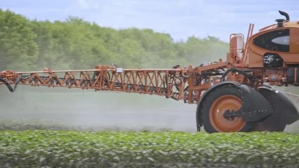 Agricoltura irrorazione di pesticidi. Campo di spruzzatura dello spalmatore fertilizzante