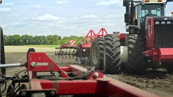 Zemědělský traktor jízdy na orné pole pro orání půdy. Odvětví chovu