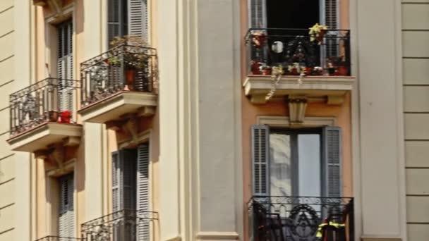 Architektura, Fasáda domu s balkónovým oknem v moderním městě. Město balkon
