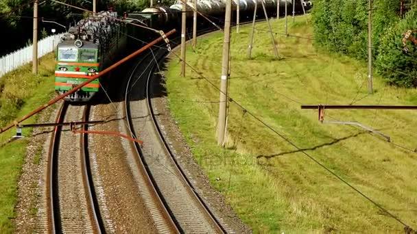 Nákladní vlak pohybující se po kolejnici. Nákladní vlak na silničních tratí