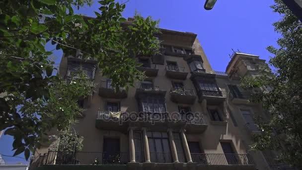 Dům s balkonem. Barcelonské gotické čtvrti. Exteriér budovy staré španělské