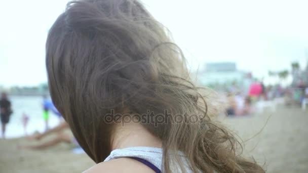 Usmívající se tvář krásná dívka na pláži moře. Zblízka žena portrét na plage