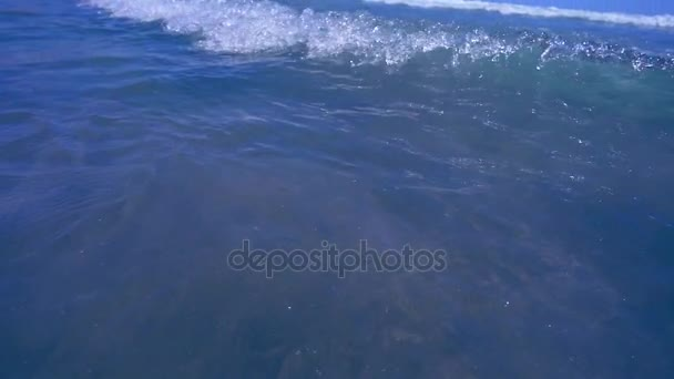 Pěnové vlny oceánu na pláži. Zpomalený pohyb měkké vlny pěny na plage