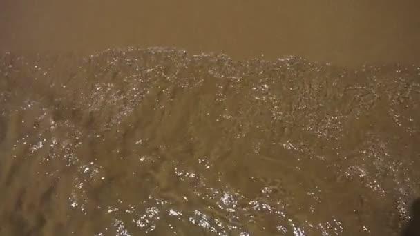 Čistá voda vlna na písku. Sandy beach šplouchnutí. Letní pláž dovolená