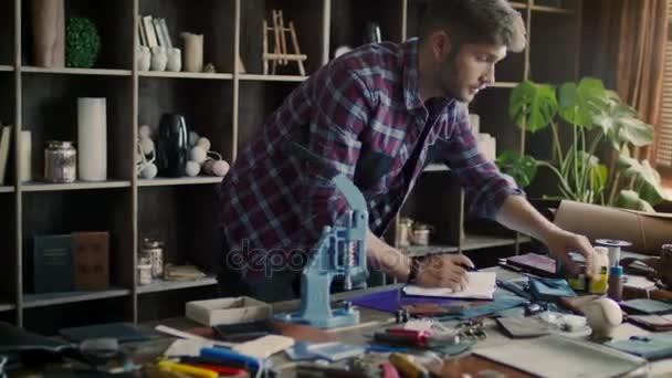 Leder Hersteller Skizze Designer Von Lederwaren In Werkstatt