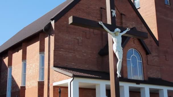 Modern katolikus templom. Jézus a határokon. Egyházi épület külső