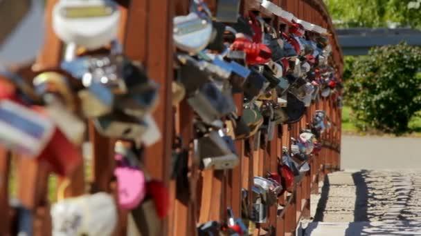 Sada svatební visací na mostě lásky na letní park