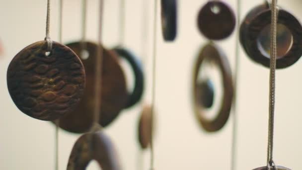 Primo piano delle monete cinesi antiche impiccato al chiuso. Amuleto di Feng shui