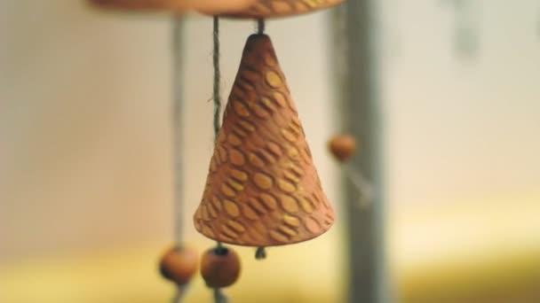 Feng shui chimes. Vento oscillare lentamente campane di argilla. Amuleto di Feng shui