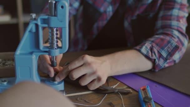 Lederhersteller Gürtel Metallknopf Einfügen Handwerker Arbeiten