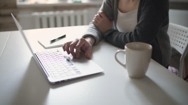 Frauenhände mit Tastatur-Notizbuch für die Arbeit am Tisch