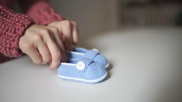 Jugando Botitas Mujer Bebé Para Tejidos A Bebé Con Mano Manos De Zapatos Punto gTUxUnp