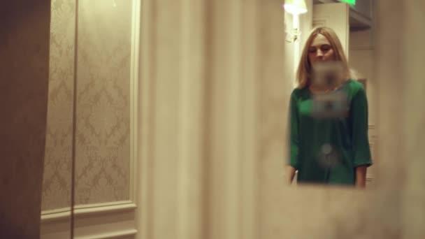Mladá žena stisknutím uvolňovacího tlačítka dolů a když se do výtahu