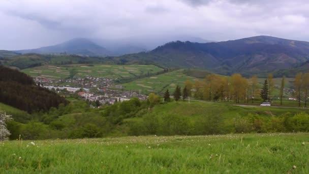 Horská krajina vesnice. Pohled na vesnici v horách