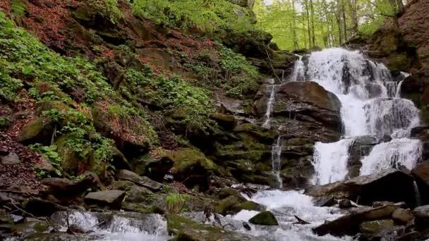 Horská krajina vodopád. Divoké vodní proud na skále