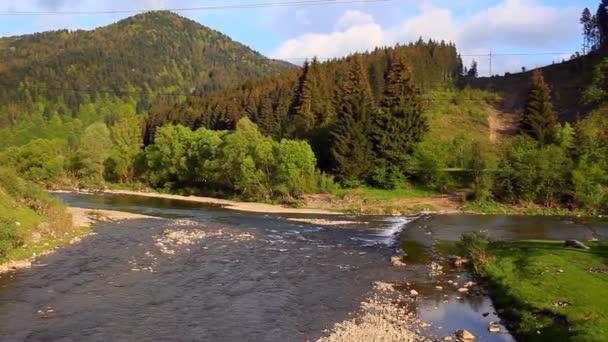 Letní krajina s řekou a hory. Hornatá krajina