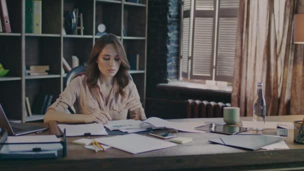 Promyšlené obchodní žena se snaží najít řešení problému obchodní