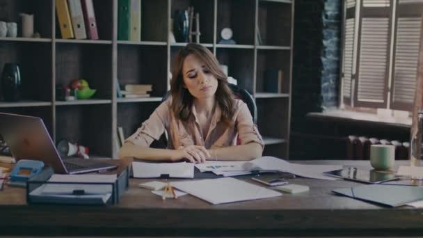 Podnikatelka myšlení sedí u stolu. Sad obchodních žena práce s dokumenty