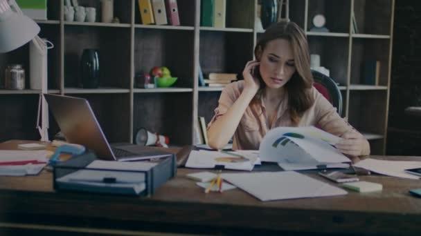 Koncentrovaný obchodní žena při pohledu na obchodní grafiku. Plánování investic