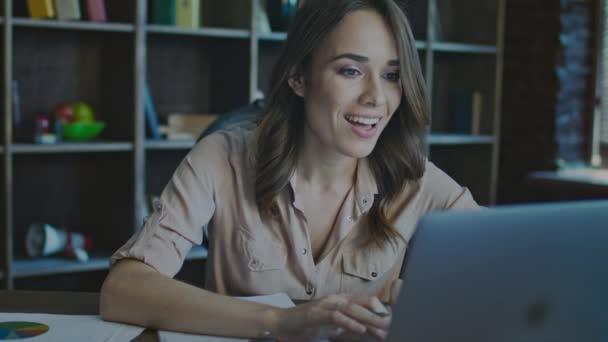 Velký úspěch. Úspěšná podnikatelka vychutnat skvělé zprávy na laptop