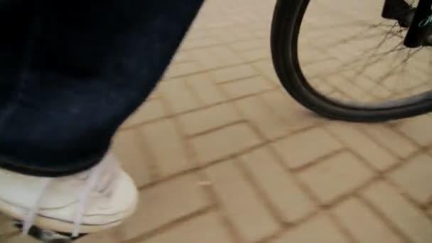 Nohy při jízdě na kole. Na kole po městě. Zdravý způsob života