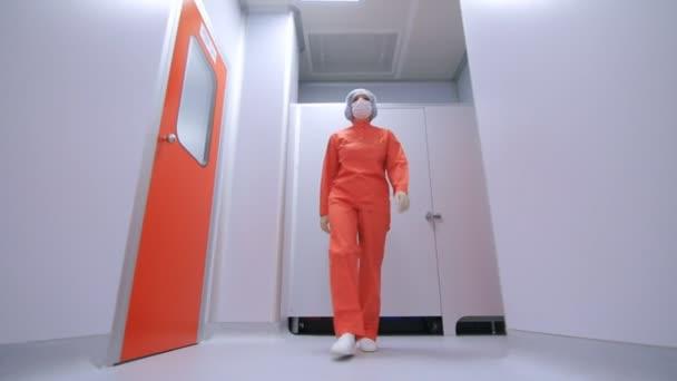 Pharmazeutische Fabrikarbeiter zu Fuß in sterilen Labor Korridor
