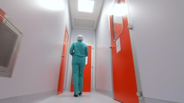 Wissenschaftler in Labor-Raum. Pharmazeutischer Arbeiter zu Fuß weiße Gang