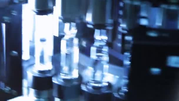 Farmaceutická kontrola kvality lékařské lahvičky. Kontrola kvality skleněné ampule