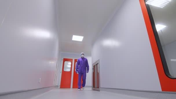Apotheker im Labor Korridor bewegen. Wissenschaftler gehen Lab Korridor