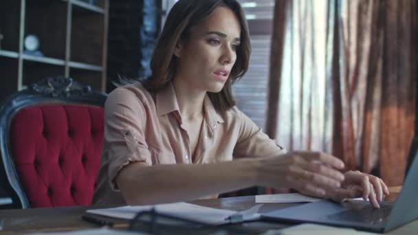 Összpontosított üzleti nő dolgozik a laptop számítógép otthoni iroda