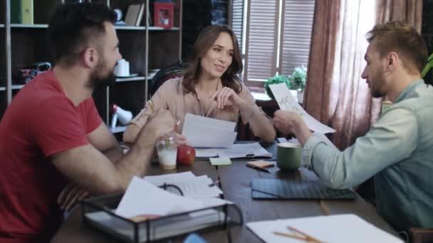 Üzleti csapat kreatív műhely belsőépítészet vázlat megvitatása