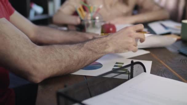 Detailní záběr z podnikání ruce tým pracující na statistické údaje v tabulce