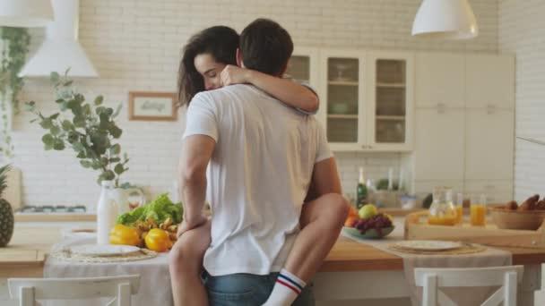 erotische Paar macht Vorspiel sanft zu Hause. Brutaler Mann küsst Frau auf den Hals.