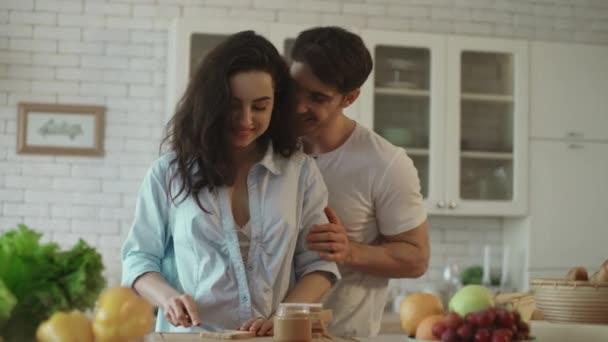 Schönes Paar flirtet zu Hause. Sinnliche Frau flirtet mit Mann in Küche