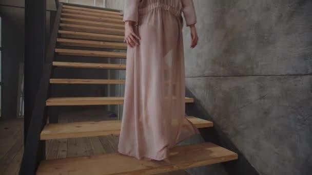 Az érzéki lány lassított felvételen veszi le a ruháit. Nő flörtöl fehérneműben.