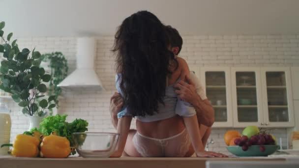 Nahaufnahme sexy Paar macht Liebe zu Hause. Brutaler Mann zieht sich von Frau zurück