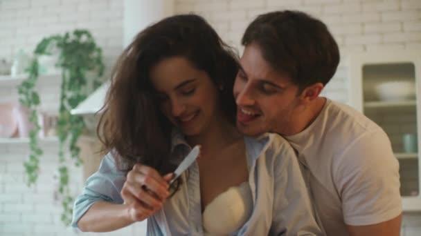 Nahaufnahme glückliches Paar beim gemeinsamen Kochen. Makro von sexy Paar lachen zu Hause.