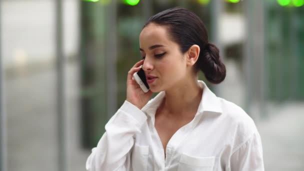 Nahaufnahme Frau telefoniert. Geschäftsfrau unterhält sich per Handy