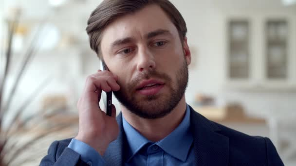 Atraktivní obchodník telefonuje doma. Chlápek mluvící na mobilu
