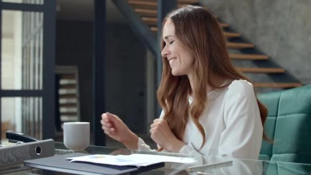 A boldog nő portréja elégedettnek érzi magát a munkahelyén. Egy hölgy teát iszik..
