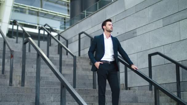 Podnikatel kráčí dolů po ulici. Muž používající smartphone na ulici