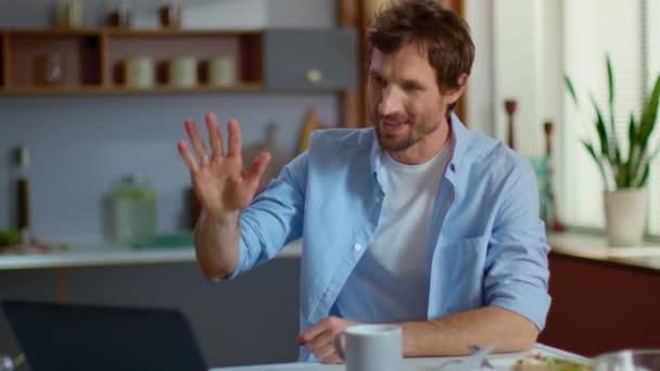Veselý podnikatel volat video chat na notebooku na vzdáleném pracovišti