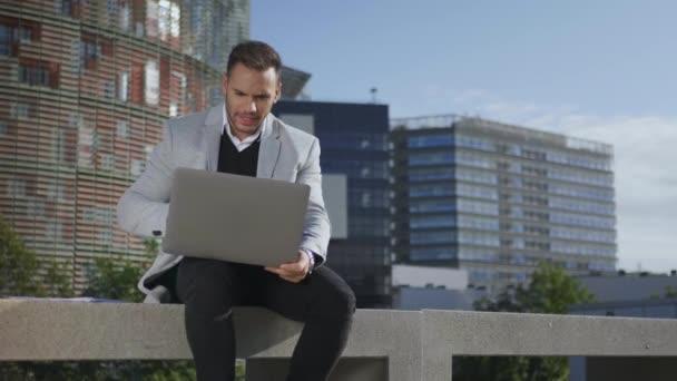 Podnikatel používající notebook pro videohovory venku. Freelancer pracuje na notebooku