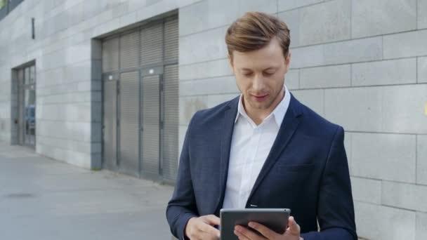 Podnikatel dostává dobré zprávy z tabletu. Profesionální slavnostní vítězství